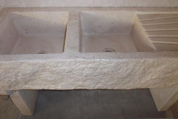 Lavandino effetto pietra a due vasche